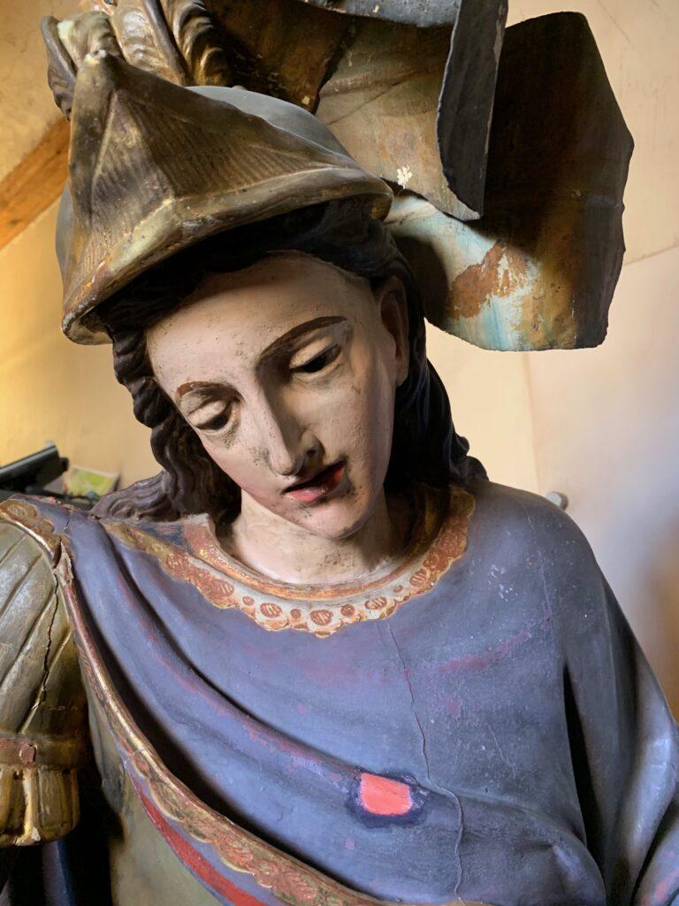 Fotografía de la escultura barroca de San MIguel que está siendo restaurada en el museo de Tudela.